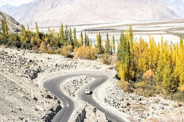 Schöne landschaft, herbst bunt und himalaya-berge