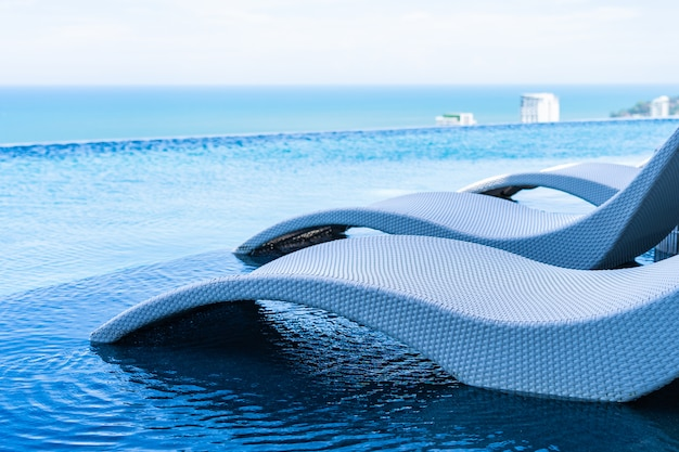Schöne landschaft im freien des unendlichkeitsswimmingpools im hotelerholungsort