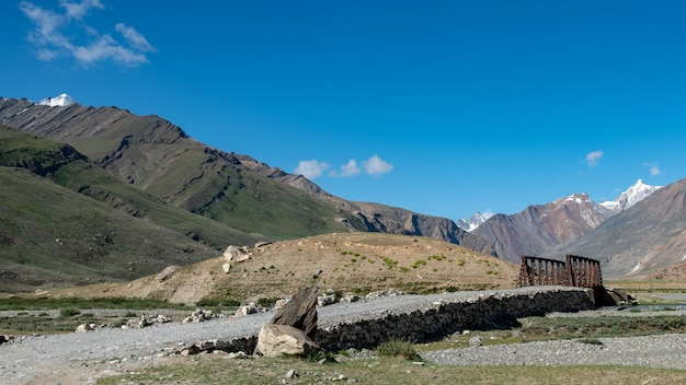 Schöne landschaft in rangdum mit alten weißen buddhistischen stupa