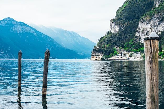 Schöne landschaft mit alpenbergen und gardasee in riva del garda in italien.