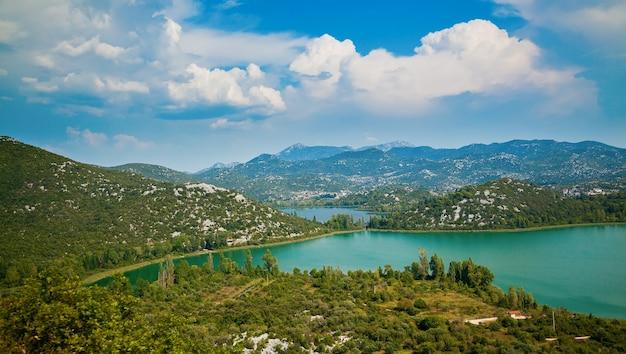 Schöne landschaft mit bacinska-seen, umgeben von bergen, kroatien