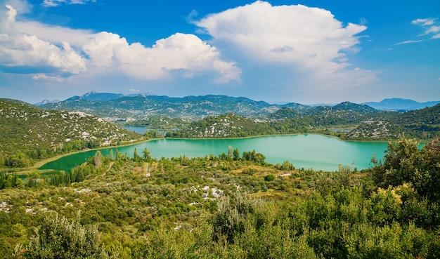 Schöne landschaft mit bacinska seen, umgeben von bergen, makarska riviera, kroatien