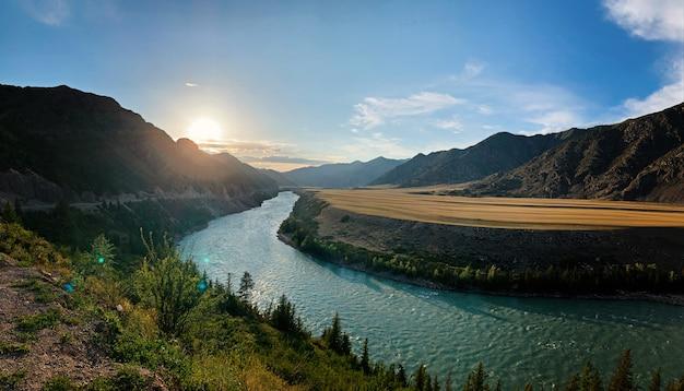 Schöne landschaft mit bergen und see am sommermorgen, altai