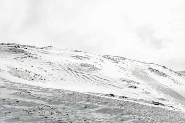 Schöne landschaft mit bergen