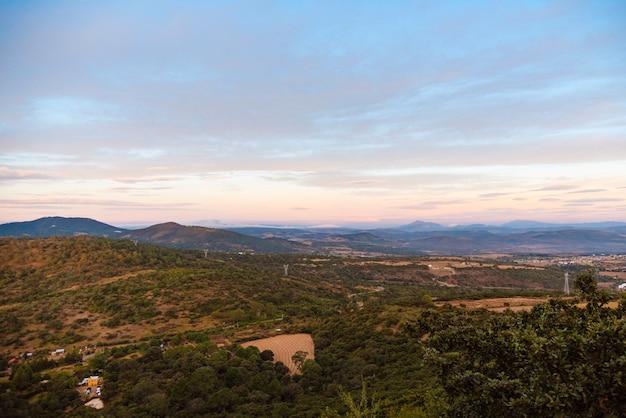 Schöne landschaft mit blick während des sonnenuntergangs innerhalb des natürlichen gebiets an der spitze der dose von mazamitla mexiko