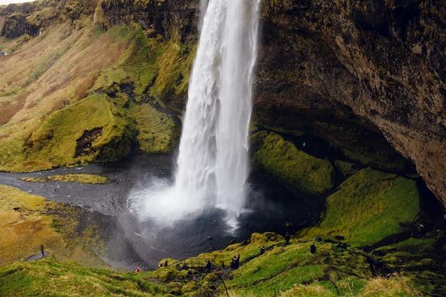 Schöne landschaft mit einem isländischen wasserfall