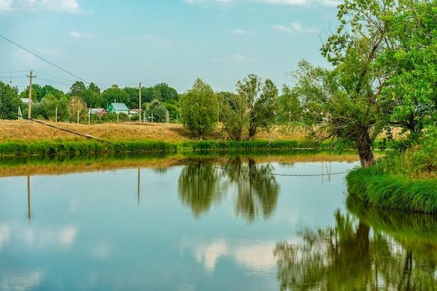 Schöne landschaft mit einem see, umgeben von bäumen russische natur