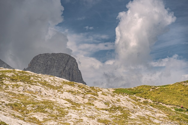 Schöne landschaft mit felsigem berg in den alpen