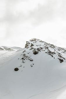 Schöne landschaft mit felsigen bergen