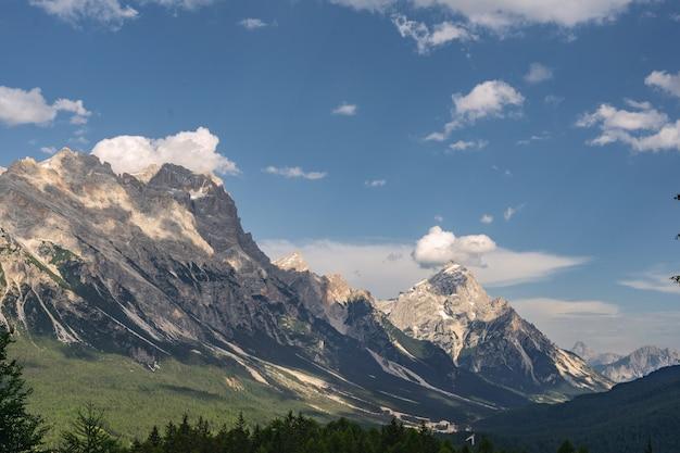 Schöne landschaft mit grünem wald und felsigem berg