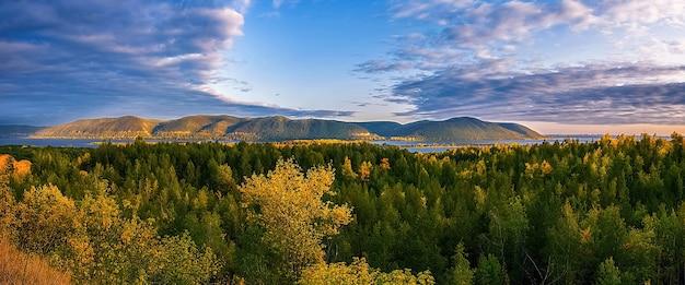 Schöne landschaft mit hügeln, allseitig von einem fluss umgeben,