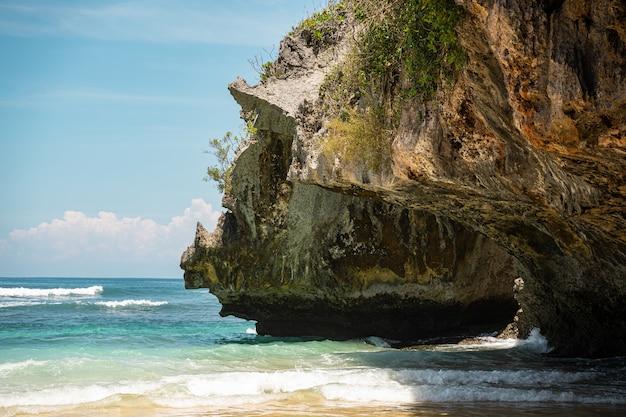 Schöne landschaft mit kristallklarem meerwasser und großem felsen stockfoto