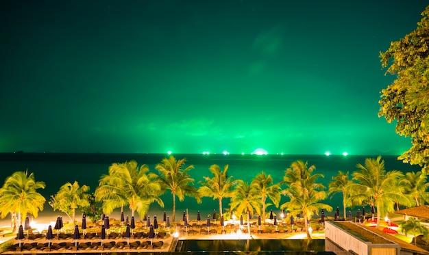 Schöne landschaft mit palmen und grünen himmel