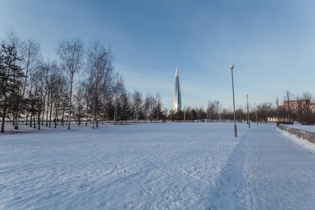Schöne landschaft mit park und einem glasturm im winter sankt petersburg, russland.