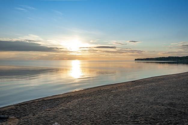 Schöne landschaft mit reflexion, blauem himmel und gelbem sonnenlicht bei sonnenaufgang