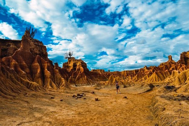 Schöne landschaft mit sandigen felsen in der tatacoa-wüste in kolumbien