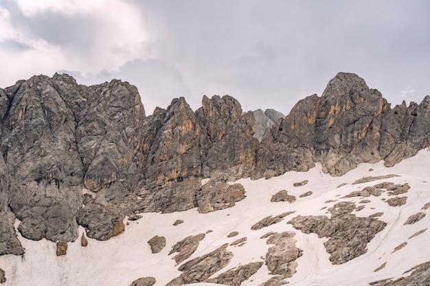 Schöne landschaft mit schnee auf felsigem berg