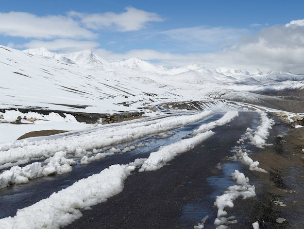 Schöne landschaft mit schneespitze der himalajarange in leh ladakh, nordindien