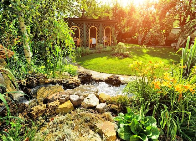 Schöne landschaft mit schönen pflanzen und blumen