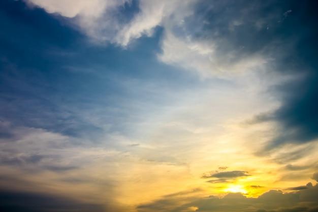 Schöne landschaft mit sonnenuntergang im himmel
