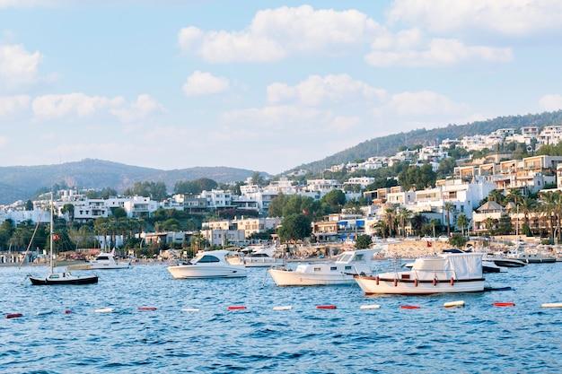 Schöne landschaft mit vielen yachten und hotels von bodrum, türkei.