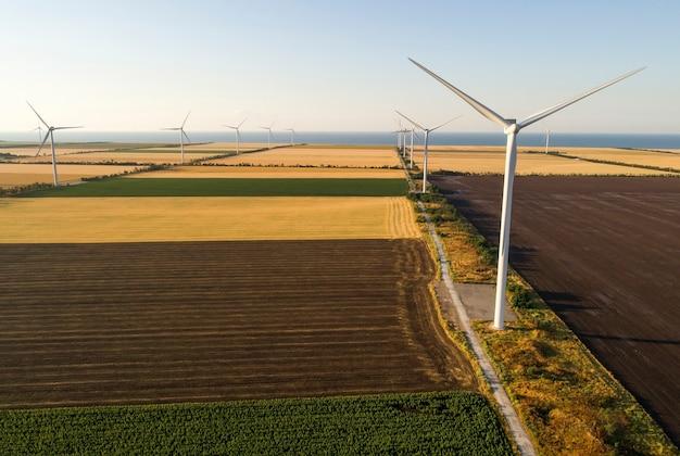 Schöne landschaft mit windmühlen auf dem feld