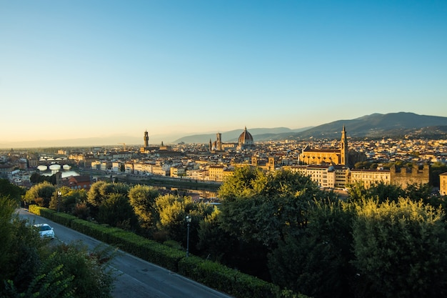 Schöne landschaft oben, panorama auf historischem blick auf das florenz vom piazzale michelangelo punkt. morgens.