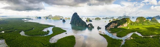 Schöne landschaft panorama luftbild mangrovenwald ein kalkstein von phang nga