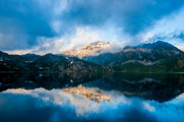 Schöne landschaft reflektiert