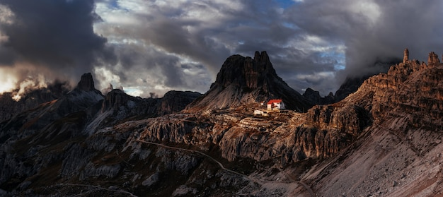 Schöne landschaft. touristische gebäude in den dolomiten. panoramafoto