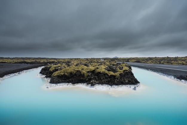 Schöne landschaft und sonnenuntergang in der nähe von blue lagoon hot spring spa in island