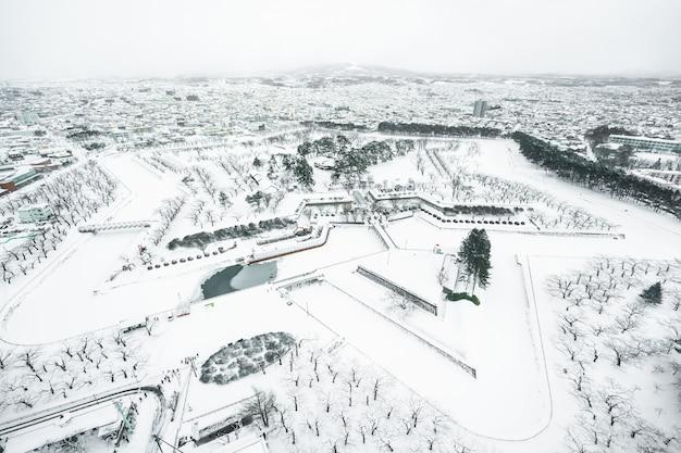 Schöne landschaft und stadtbild vom fort goryokaku-turm in hakodate-stadt hokkaido