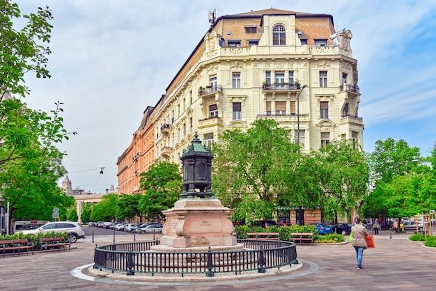 Schöne landschaft und städtischer blick auf budapest, eine der schönsten städte: straße, völker auf der straße, historische und moderne gebäude.