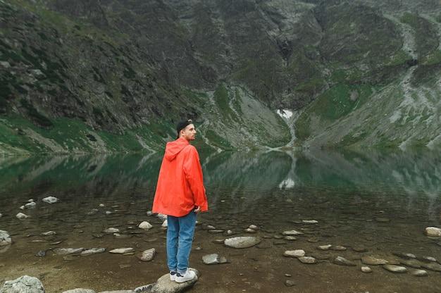 Schöne landschaft von berg und see mit mann