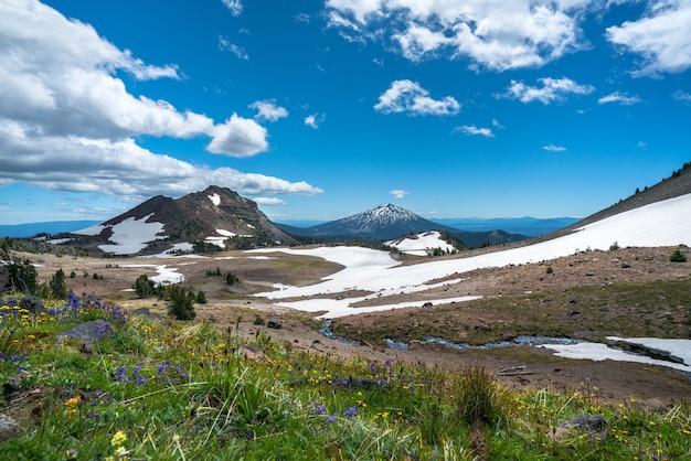 Schöne landschaft von hohen felsigen bergen bedeckt mit schnee unter dem atemberaubenden himmel