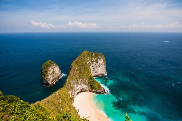 Schöne landschaft von kelingking beach in den höhen am strand und meerblauen himmel in nusa penida