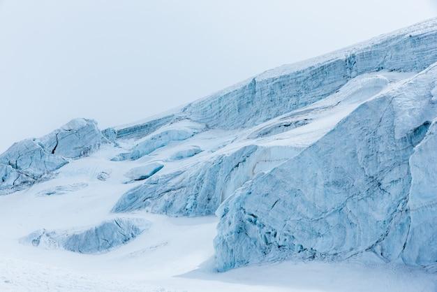 Schöne landschaft von klaren weißen schneebedeckten bergen und hügeln