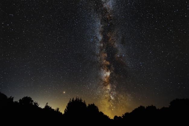 Schöne landschaft von milchstraße und mard in petrova gora, kroatien