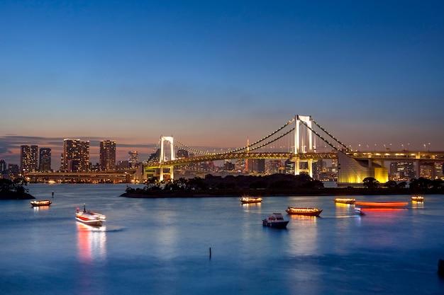 Schöne landschaft von odaiba hafen und regenbogenbrücke tokio japan