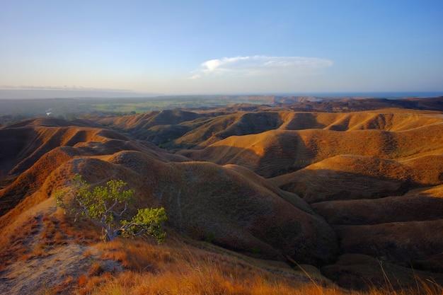 Schöne landschaft von ost-sumba oder sumba timur, gelegen in der insel sumba, nusa tenggara timur, indonesien.