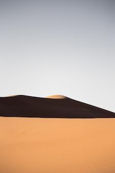 Schöne landschaft von sanddünen in einem wüstengebiet an einem sonnigen tag