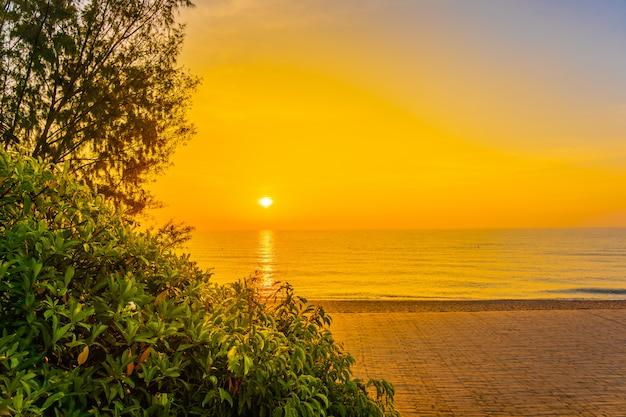Schöne landschaft von seeozean für freizeitreisen und ferien