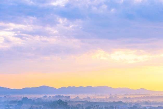 Schöne landschaft von seeozean um pattaya-stadt in thailand zur sonnenuntergangzeit