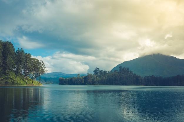Schöne landschaft von sri lanka. fluss, berge und teeplantagen