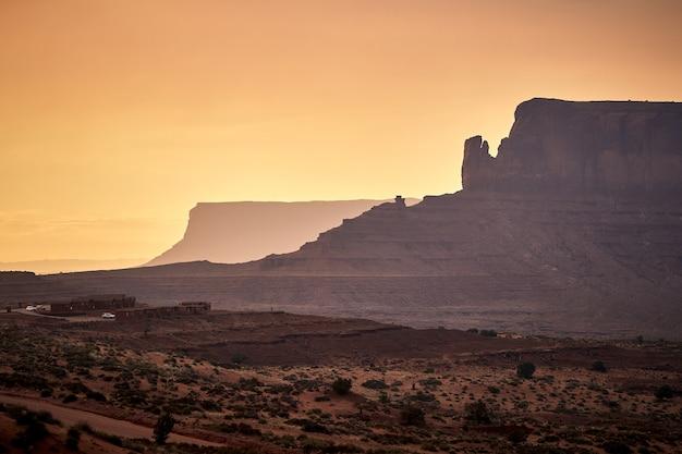 Schöne landschaft von tafelbergen im monument valley, arizona - usa