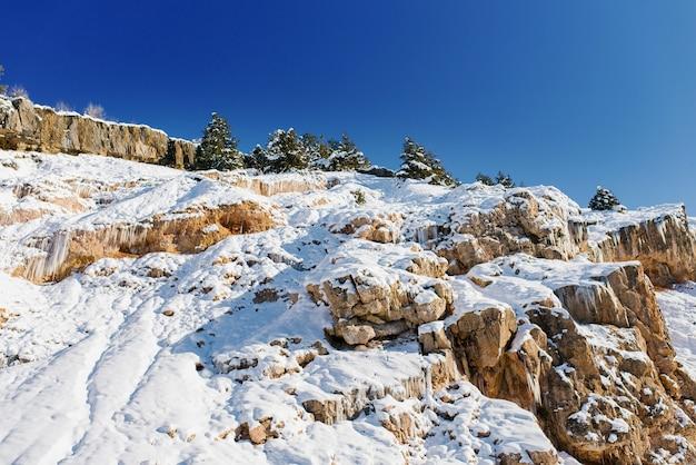 Schöne landschaft von verschiedenen bergen mit schnee bedeckt.