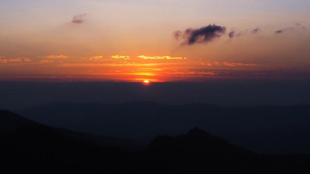 Schöne landschaften bei sonnenuntergang nach den bergen
