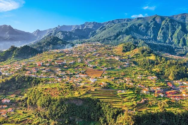 Schöne landschaftsansicht des bergdorfes, madeira, portugal.