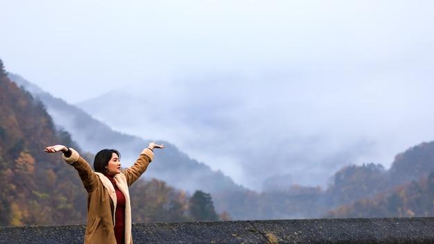 Schöne landschaftsansicht und junge asiatische frauen lächelnde touristen