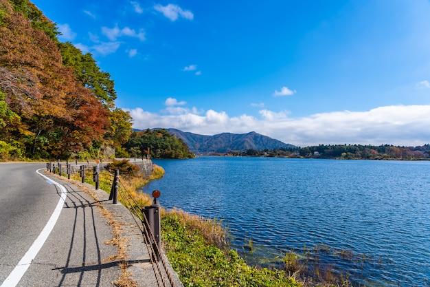 Schöne landschaftsstraßenseite um see kawaguchiko
